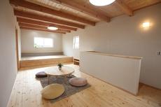 シンプルな風景に際立つ、洋瓦とアイアンのおしゃれな家