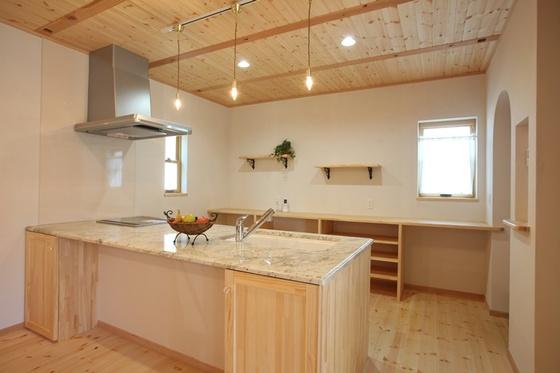 アイランドキッチンを囲む、仲良し家族の家。