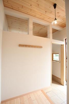 白い塗り壁のナチュラルテイストな家。