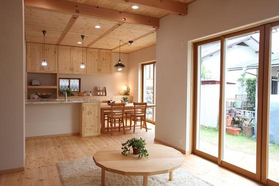 無垢の木と塗壁に反射する灯かりが、素敵な家