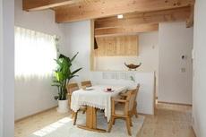 円弧壁の斬新な家に土地効率の良い住空間。
