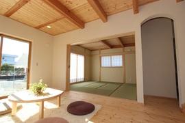光あふれる自然空間で、健康家族の家。