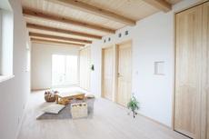 塗り壁と木の香りに毎日が癒される生活空間。