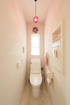 塗り壁で壁と天井の一体感を出した家。