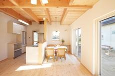 手造り家具と吹抜けで自然味あふれる家