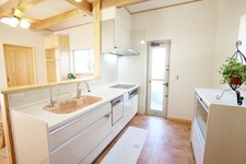 シンプルな外観と木の温もりあふれる家
