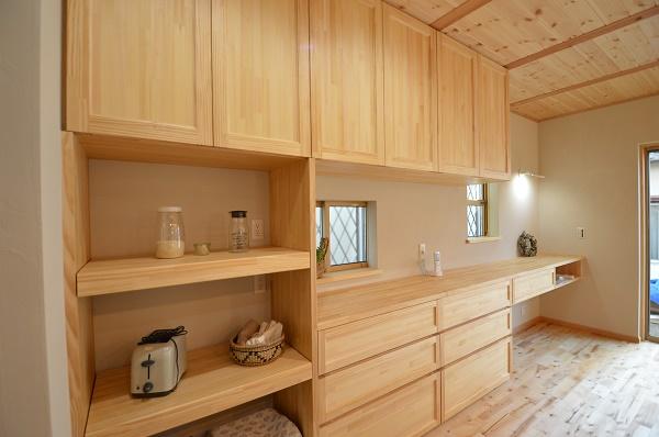 広いリビングと木のアイランドキッチンの家