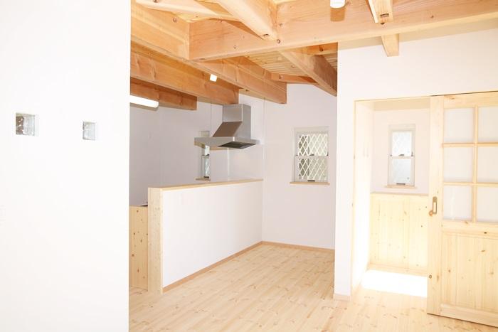 キッチンも食器棚も手造りの、ぬくもりあふれる家。