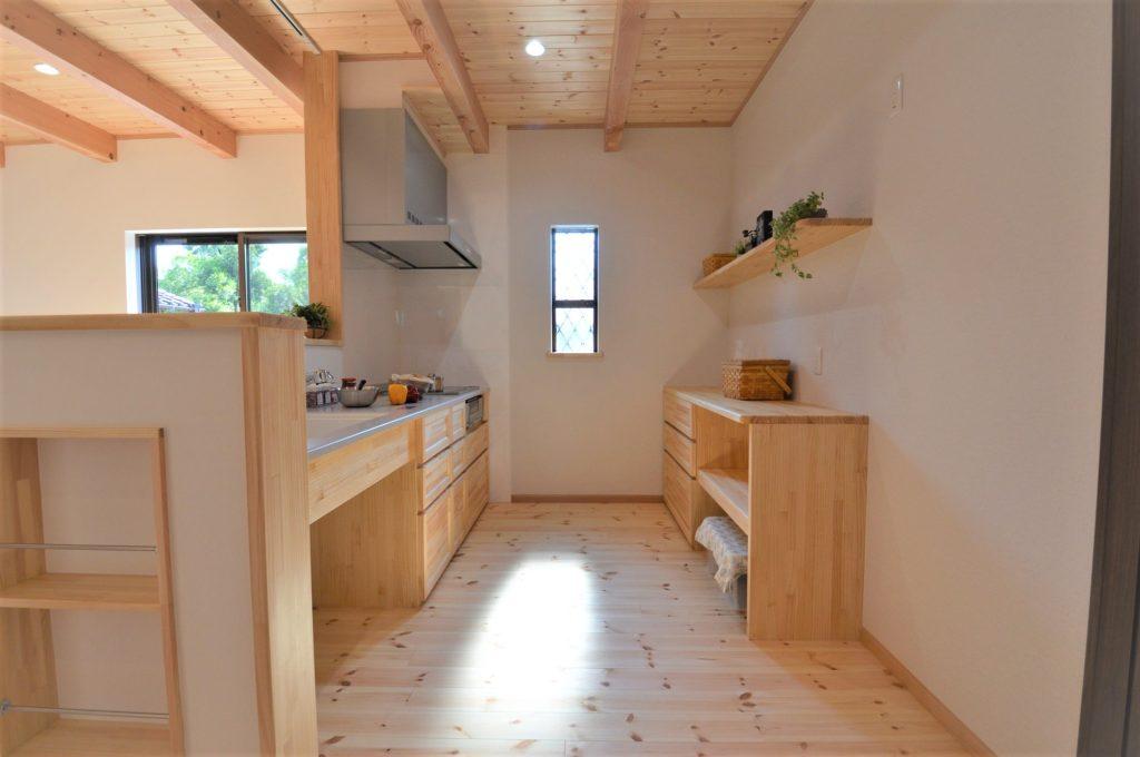 造作キッチン対面式と造作のカップボード