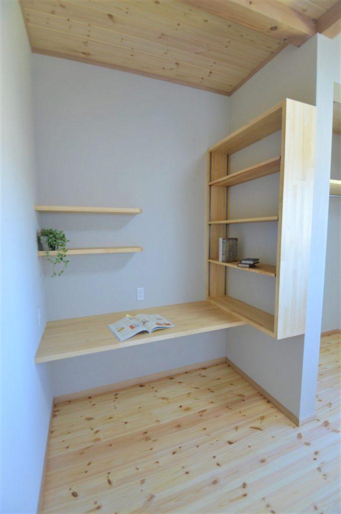 造作本棚とPCデスク